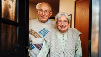 Ein älteres Ehepaar, dass zu Hause betreut wird