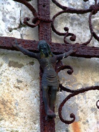 Christ en fonte au chevet de l'église de Vacquerie