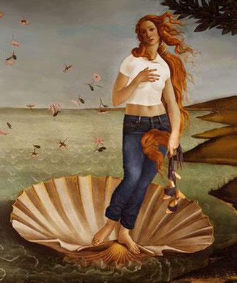 Image représentant un détournement de la Vénus de Botticelli, sa naissance, vêtue d'un jean, d'un top blanc, tenant à la main le modèle Pétra, sandale d'été sur haut talon et semelle bois