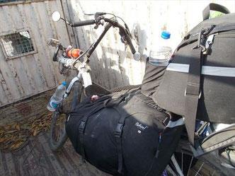 (ヒッチハイクはインドでは極普通の交通手段なので簡単に乗せてくれる。この時はお金は要らなかった)