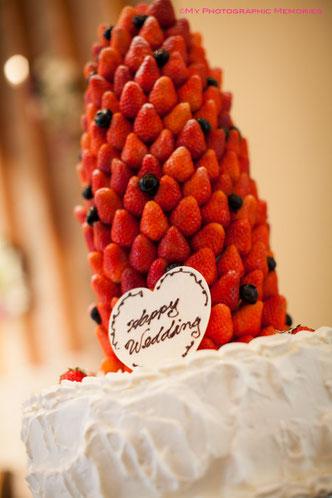 ウエディングケーキはイチゴのクロカンブッシュ☆素晴らしい><