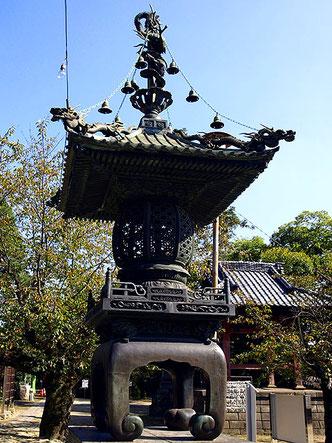 不動明王の化身である龍が剣に巻きついて呑みこもうとしている「倶利迦羅不動」が美しい灯籠