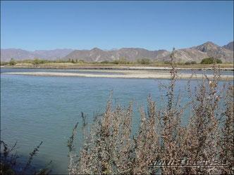 42.  Река Лхаса (Lhasa).