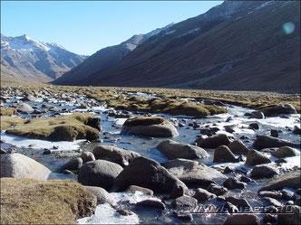 36.  Переходим реку Лхам Чху Кхир.