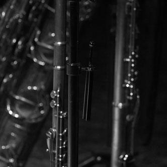 Musikinstrumente und Stimmgabel, geheimnisvolle Stimmung, auf Theaterbühne