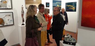 des participants émerveillés par les tableaux exposés lors du vernissage du samedi 26 avril 2019