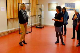 L'artiste , Blandine Dubois, artiste en marqueterie, répond aux questions de l'assistance lors du vernissage