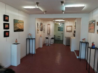 Un espace ouvert sur l'art contemporain, des oeuvres en marqueterie de bois et des sculptures