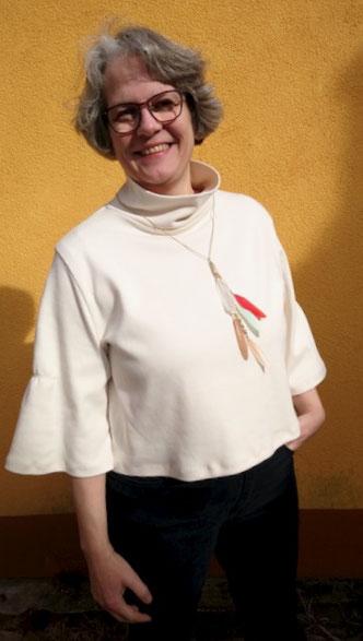 Weißes Shirt mit Glockenärmeln und hohem Kragen © Griselka 2020