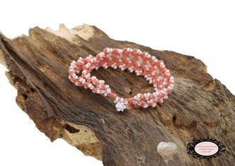 bracelet au crochet Aerin double rang mélange d'un coton Oeko-Tex saumon et de rocailles de Bohème blanche, un joli bijou textile fermé par une boule de perles à glisser dans un maillon perlé