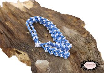 bracelet au crochet Aerin double rang mélange d'un coton bleu turquoise et de rocailles de Bohème blanche, un joli bijou textile fermé par une boule de perles à glisser dans un maillon perlé