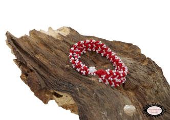 bracelet au crochet Aerin double rang mélange d'un coton rouge et de rocailles de Bohème blanches, un joli bijou textile fermé par une boule de perles à glisser dans un maillon perlé