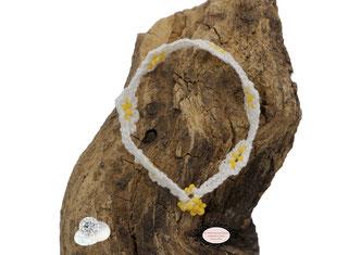 Bracelet au crochet de la collection Adronie, un joli bijou textile mélange de coton Oeko-Tex blanc et Rocailles jaunes le motif de la mûre de la  dentelle Oya , se répéte telle une rivière de pierres précieuses déposée sur le poignet