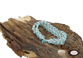 bracelet au crochet Aerin double rang mélange d'un coton Oeko-Tex blanc et de rocailles de Bohème turquoises, un joli bijou textile fermé par une boule de perles à glisser dans un maillon perlé