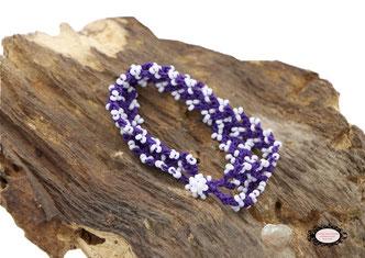 bracelet au crochet Aerin double rang mélange d'un coton Oeko-Tex violet foncé et de rocailles de Bohème blanches, un joli bijou textile fermé par une boule de perles à glisser dans un maillon perlé