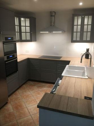Pose uniquement du plan de travail et des corniches sur une cuisine Ikéa.