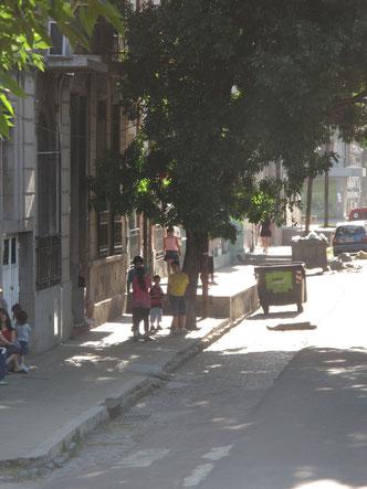 Auf den umliegenden Straßen ist es dann nicht mehr so bunt, aber vielleicht wird eines der Kinder ein Fußballstar von morgen!