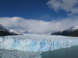 Was für eine weißblaue Pracht!  Der Gletscher Perito Moreno ist bis zu fünf Kilometer breit und schiebt sich mit Macht und unaufhaltsam vor.