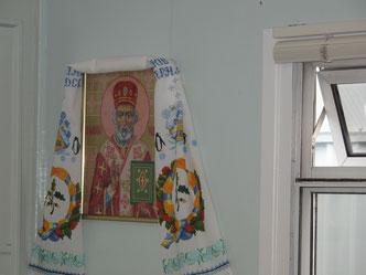 Neben Messinstrumenten und Computern ein Stück Heimat: ein Heiliger der Orthodoxen Kirche.