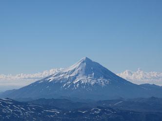 Ein perfekter Vulkan: der Lanín.  Als ich das Foto machte, stand ich auf dem Schwestervulkan in Chile, kurz bevor ich mit einem Schlitten heruntersauste. Das war eine Gaudi!