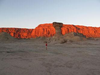 Und hier leuchtet's rot! Dieses Tal wird wegen der bizarren Steinformationen das Mondtal genannt. Und wenn man an der richtigen Stelle buddelt, kommen Knochen von Dinosaurieren zum Vorschein.