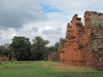 Diese Ruinen dagegen wurden im Dschungel von Mönchen gebaut und waren mal sehr prächtig. Weil die Mönche aber zu gut mit den Einheimischen umgegangen sind, wurden sie aus dem Land rausgeworfen.  Verrückt.