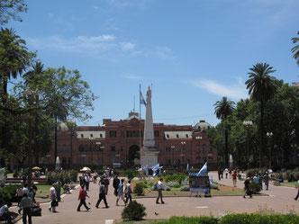In Washington gibt's das Weiße Haus, in Buenos Aires das Rosa Haus, die Casa Rosada. Hier residiert der  Präsident oder die Präsidentin des Landes. Und wenn sie aus dem Fenster blicken, schauen sie auf den Plaza de Mayo, auf dem oft demonstriert wird.