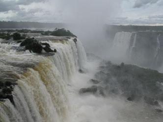 Und noch etwas Außergewöhnliches: die Wasserfälle von Iguazú. Nirgendwo sonst stürzt mehr Wasser in die Tiefe. Die Argentinier müssen sich diese Sehenswürdigkeit allerdings mit den Braslianiern teilen. Oder umgekehrt.