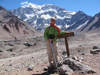 Hier stehe ich vor dem höchsten Berg Amerikas: der Aconcagua. Damit man  aus Versehen nicht an der tollen Aussicht vorbeiläuft, steht extra ein Hinweisschild in der Pampa. ;)