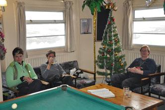 Und neben der Sitzecke stehen der Weihnachtsbaum und der Billardtisch. Hauptsache die Heizungen funktionieren.