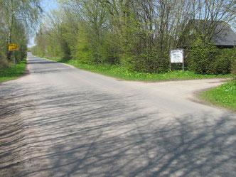 """Kurz vor Ortsende in der Strasse """" An den Kleingärten""""  befindet sich auf der rechten Seite die Einfahrt"""