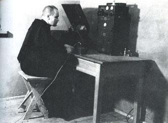 Un religioso con una radio