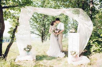 Brautppar mit Brautstrauss bei seiner freien Trauung