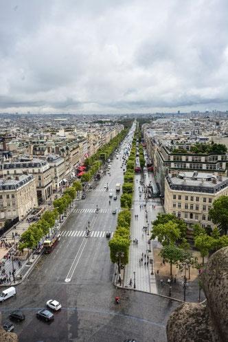 Regnerischer Blick auf den Champs Elysee vom Dach des Triumphbogens