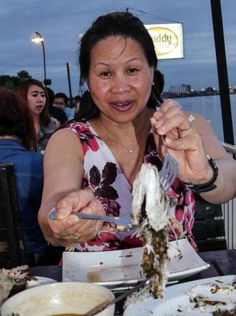 """""""Magst du auch was?"""" - fangfrischer Fisch in einem Lokal in Nonthaburi"""