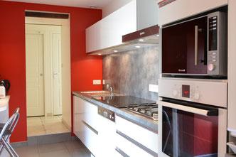 une cuisine moderne tout équipée aux Jardins de la Pérouse du Mitan,  près de Fougères, non loin du Mont Saint Michel.