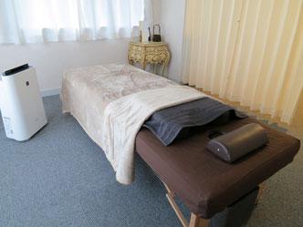 治療ベッド。足元のホットパックを併用して常に温かくしています。