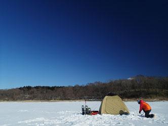 場所を決め、テントをピッチングしたらひと安心。テントの中は暖かくて吹雪でもへっちゃらなのです。