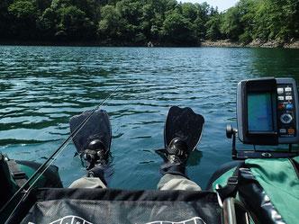ガイド艇には魚探を付けることも少なくない。水温が上昇する盛夏の日中、マスはボトム周辺だけに集まっていることも。ニンフィングやストリーマーの釣りの心強い味方だ。
