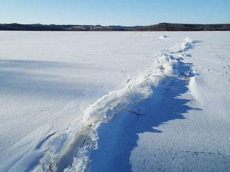 2014年1月に見られた御神渡り。氷の隆起による自然現象ですが、氷の下をなにかが移動したように見えて不思議です。