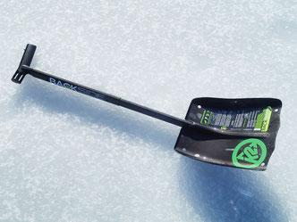 氷上ワカサギ釣りに欠かせない道具の一つがショベル。釣り座をならしたりテントの端に雪を積んだり大活躍です。