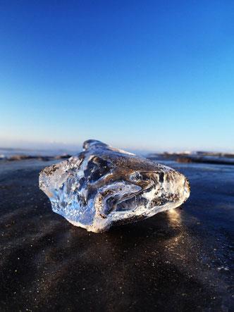 """厳冬期、十勝川河口で見られる""""ジュエリーアイス""""を見に行くのもいいかも。多い日になると、透明度の高い写真のような氷が砂浜を埋め尽くすくらいの日もあるとか。それにしても外国人観光客の多さには驚き。聞こえるのは外国語ばかり。"""