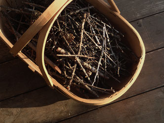焚き付けに使うカラマツの枯れ枝。油分を含んでいて火力が強い。燃やすと綺麗な炎が上がる。わが家では、トネリコを編んだバスケットに入れて使っています。ストーブ周りが散らかることもなくとってもユースフル。
