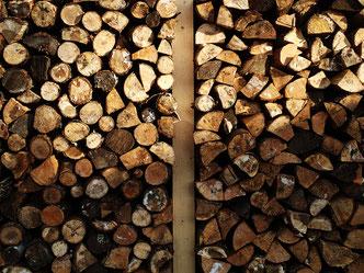 わが家の薪小屋、晩秋の姿。このほか、6立米ほどの薪をパレットの上に積み、シートを掛けて野積みにしています。