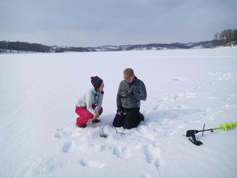 昨年末の初戦から今シーズン何回めだっけ? の氷上ワカサギ釣り。ゲストがやってきたので、今年は大型揃いのH沼へ。まずは何はなくとも……の魚探でチェック。が、目論んでいた最初の場所は1週前とうって変わって大ハズレで反応なし。正解は岸寄りの水深2m以下の浅場、タナはバラケ気味、仕掛けは長めがキーでした。ドキドキしちゃったよ。