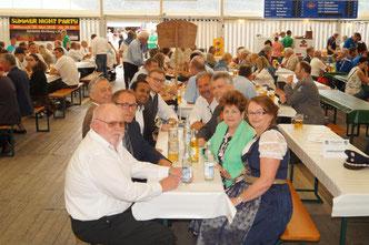 Vorstand Christian Lukes und Fahnenmutter Martina Lukes mit den Ehrengästen im Festzelt!