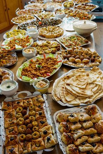 Grosses Buffet mit diversen marokkanischen Spezialitäten