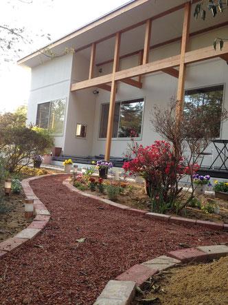自作のお庭が窓越しに見えます。お時間がある方は是非散策ください。
