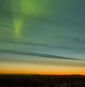 Aurora generada por ese choque 'desconocido' (en color verde)