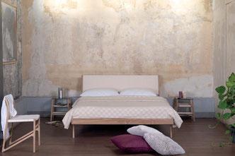 Bett-und-Beistelltisch-der-Serie-Fawn-von-Gazzda
